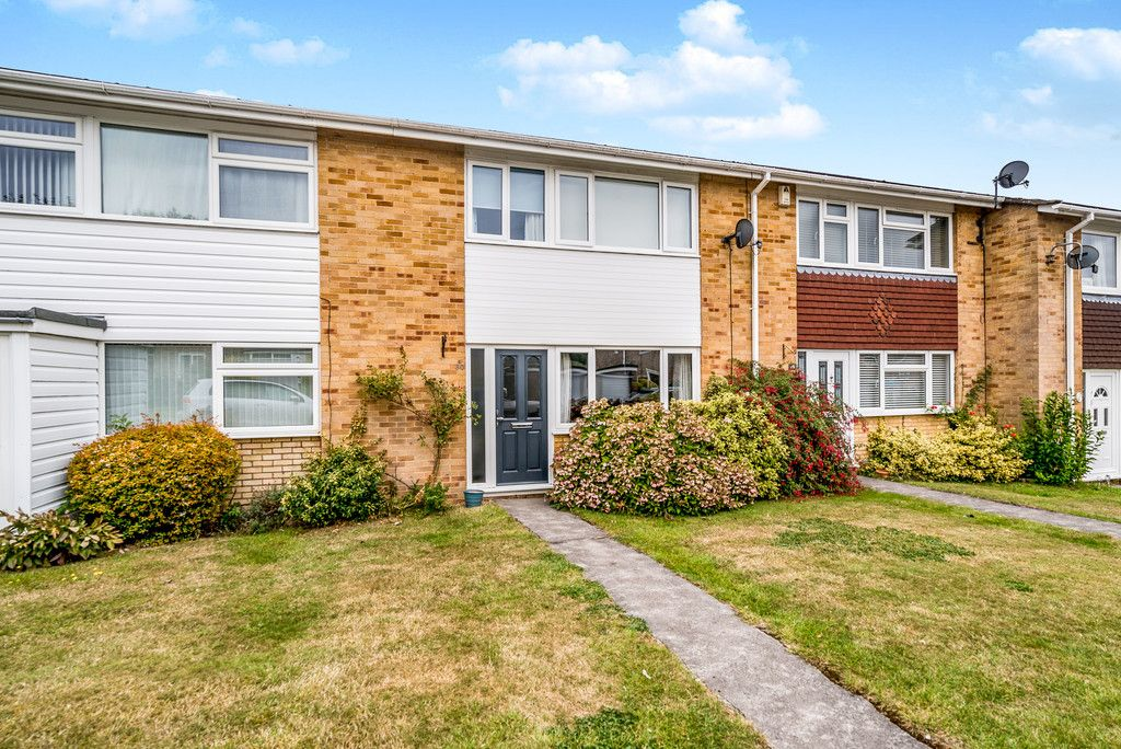 3 bed house for sale in Hawthorn Crescent, Hazlemere - Property Image 1