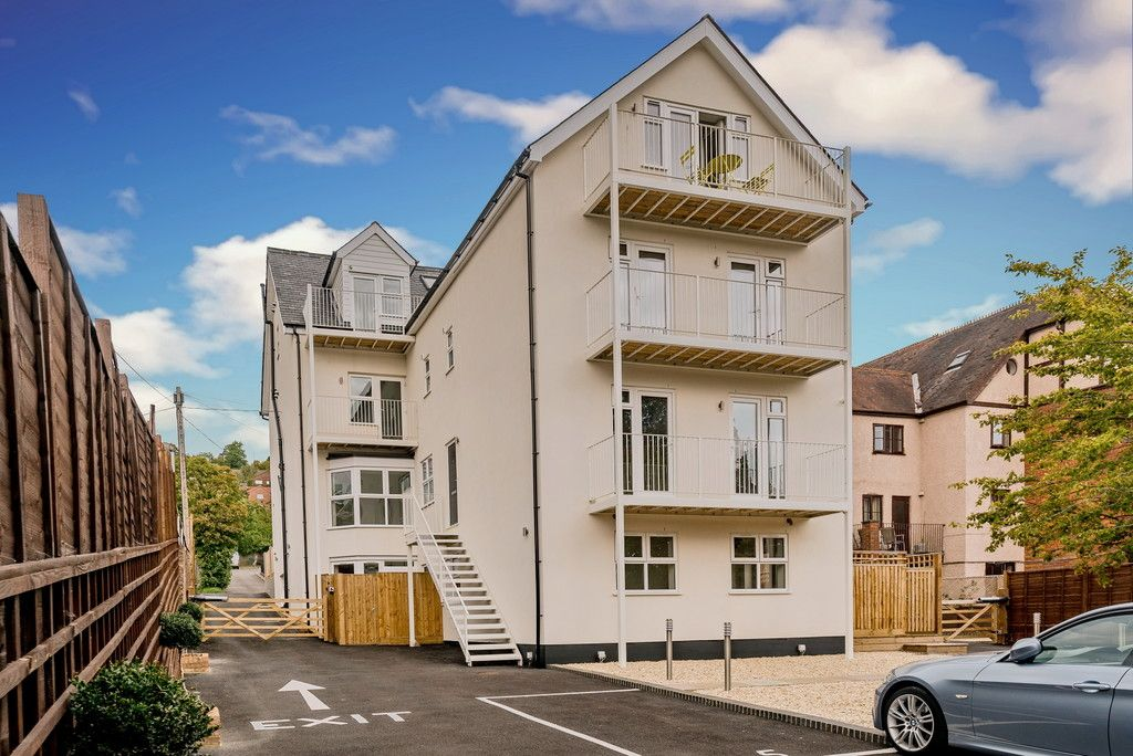 2 bed flat for sale in West Wycombe Road, High Wycombe, HP12