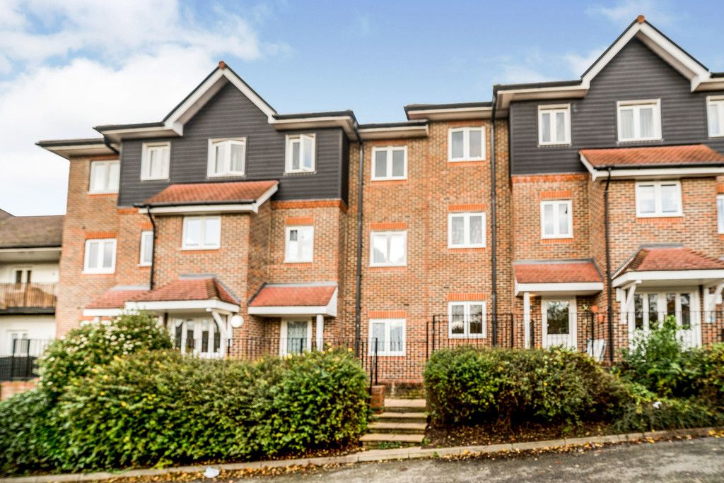 2 bed flat for sale in Freer Crescent, High Wycombe  - Property Image 1
