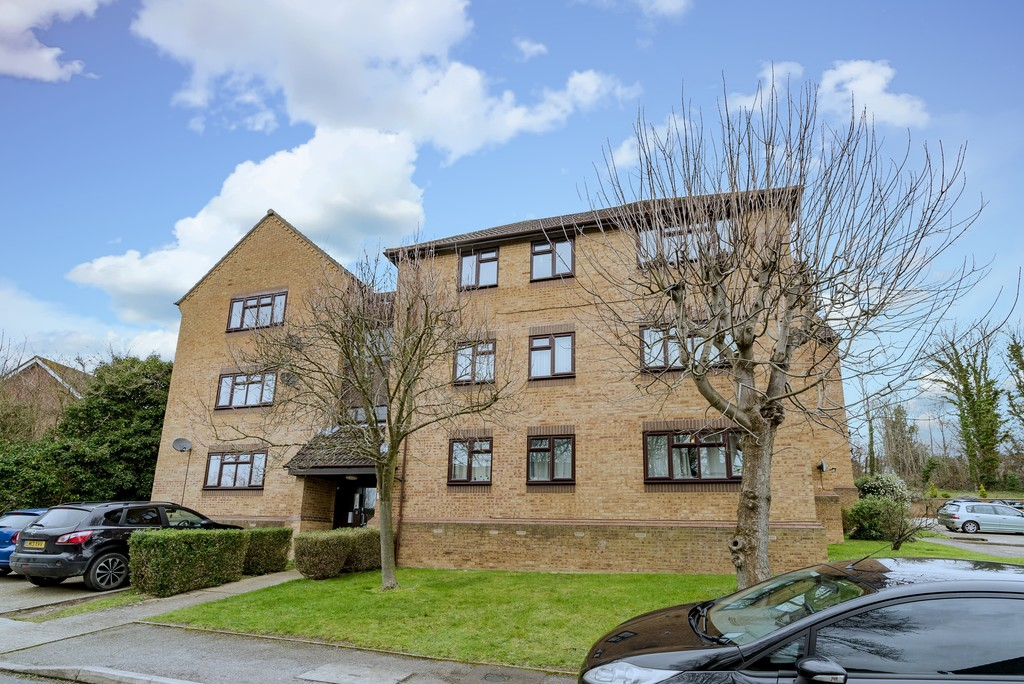 2 bed flat for sale in The Pentlands, High Wycombe, HP13