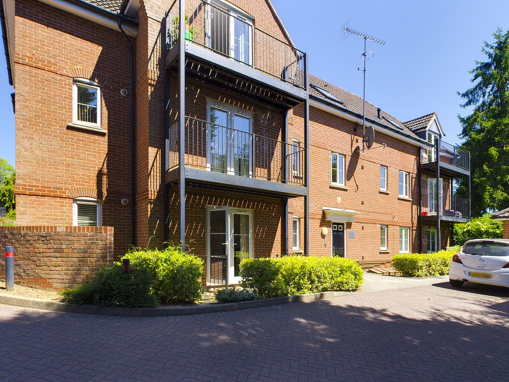 2 bed flat for sale in Red Kite Close, High Wycombe, HP13