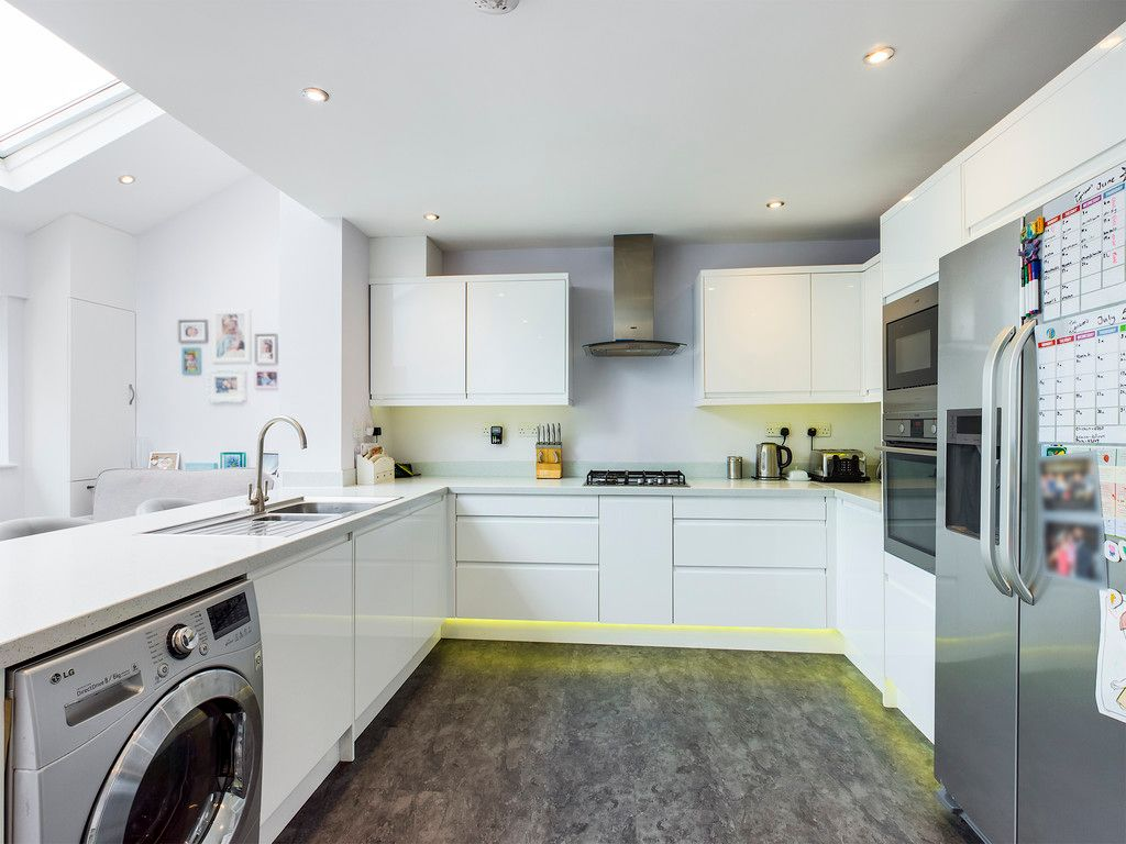 3 bed house for sale in Hawthorn Crescent, Hazlemere  - Property Image 10