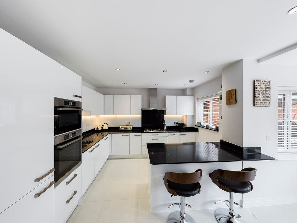 5 bed house to rent in Sierra Road, High Wycombe  - Property Image 2