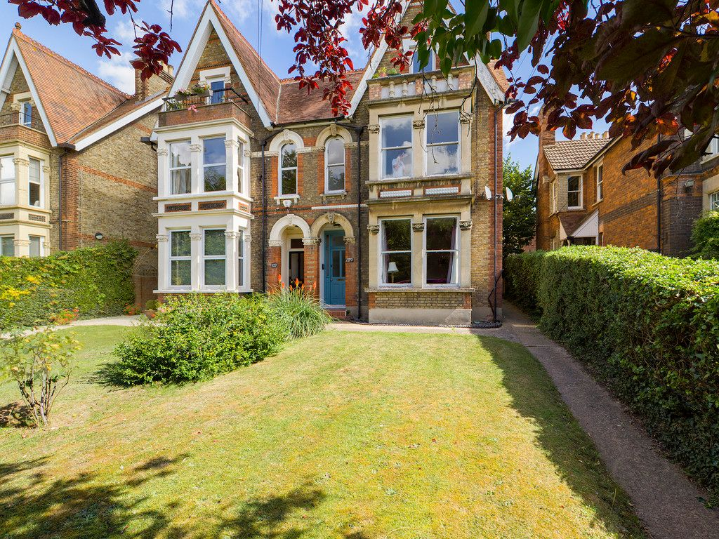2 bed flat for sale in London Road, High Wycombe - Property Image 1