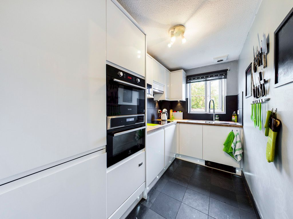 1 bed flat for sale in Kingsmead Road, High Wycombe 2