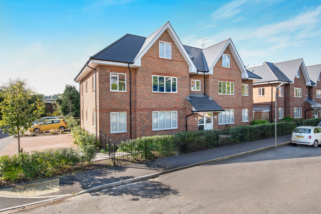 2 bed flat for sale in Lyndsay Gardens, Gilletts Lane, High Wycombe, HP12