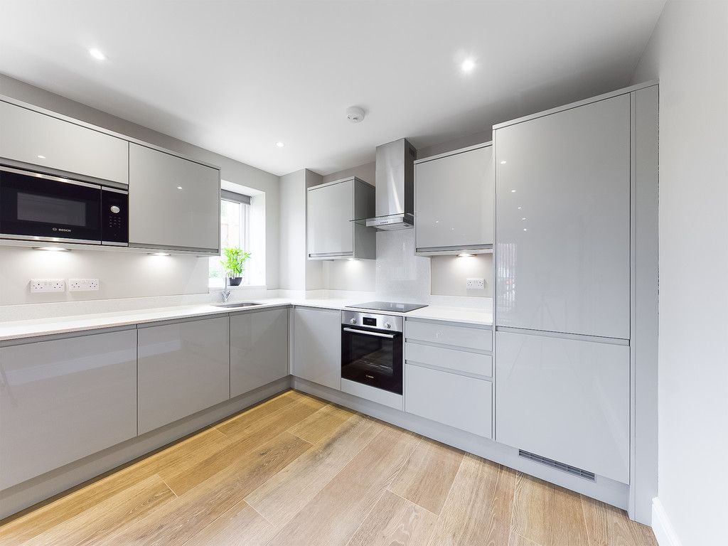 2 bed flat to rent in Kingsmead Road, High Wycombe 1