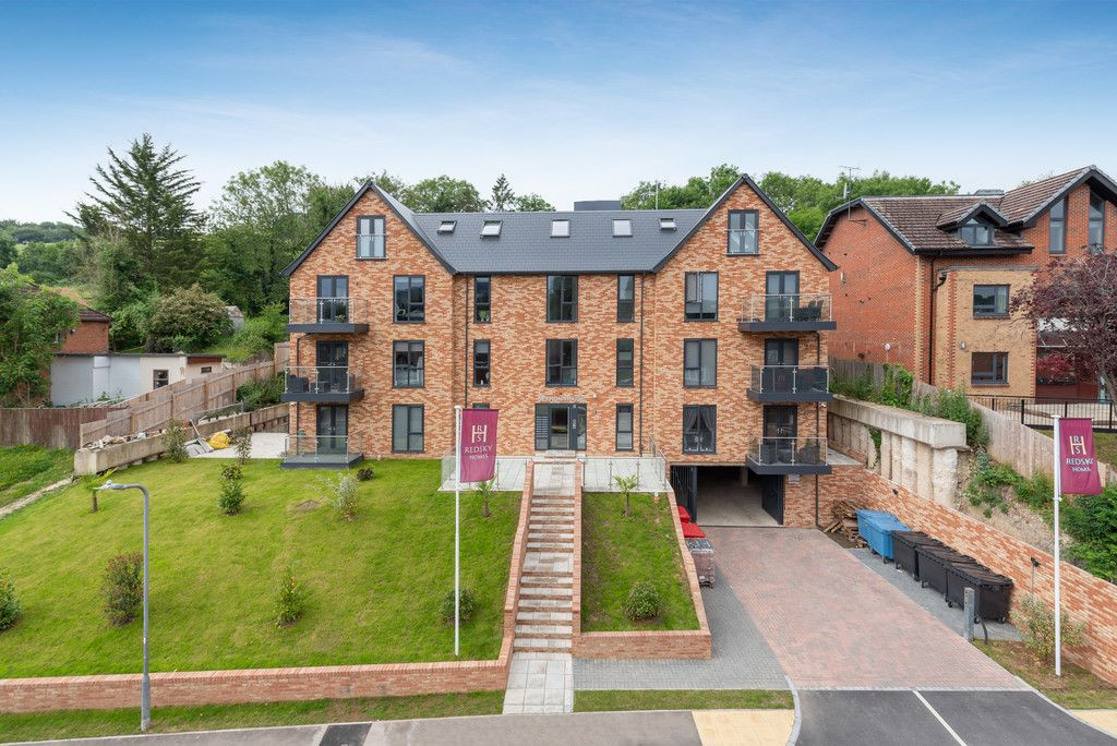 2 bed flat to rent in Kingsmead Road, High Wycombe, HP11