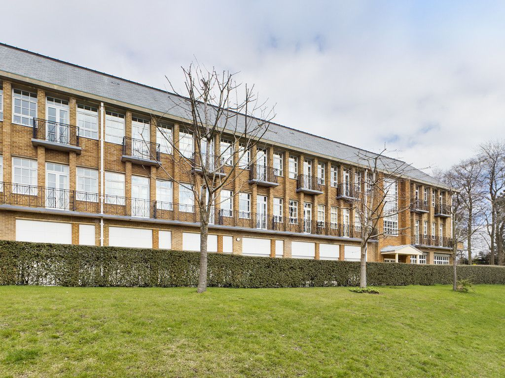 3 bed flat for sale in The Water Gardens, Hazlemere  - Property Image 3
