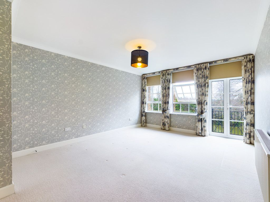 3 bed flat for sale in The Water Gardens, Hazlemere 7