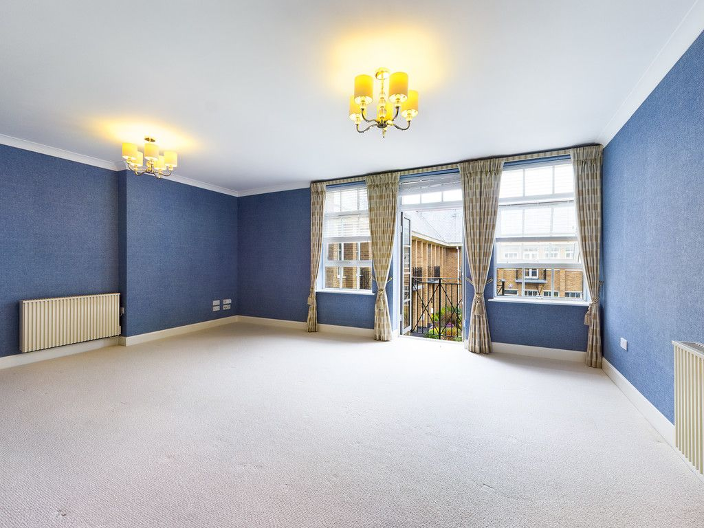 3 bed flat for sale in The Water Gardens, Hazlemere  - Property Image 8