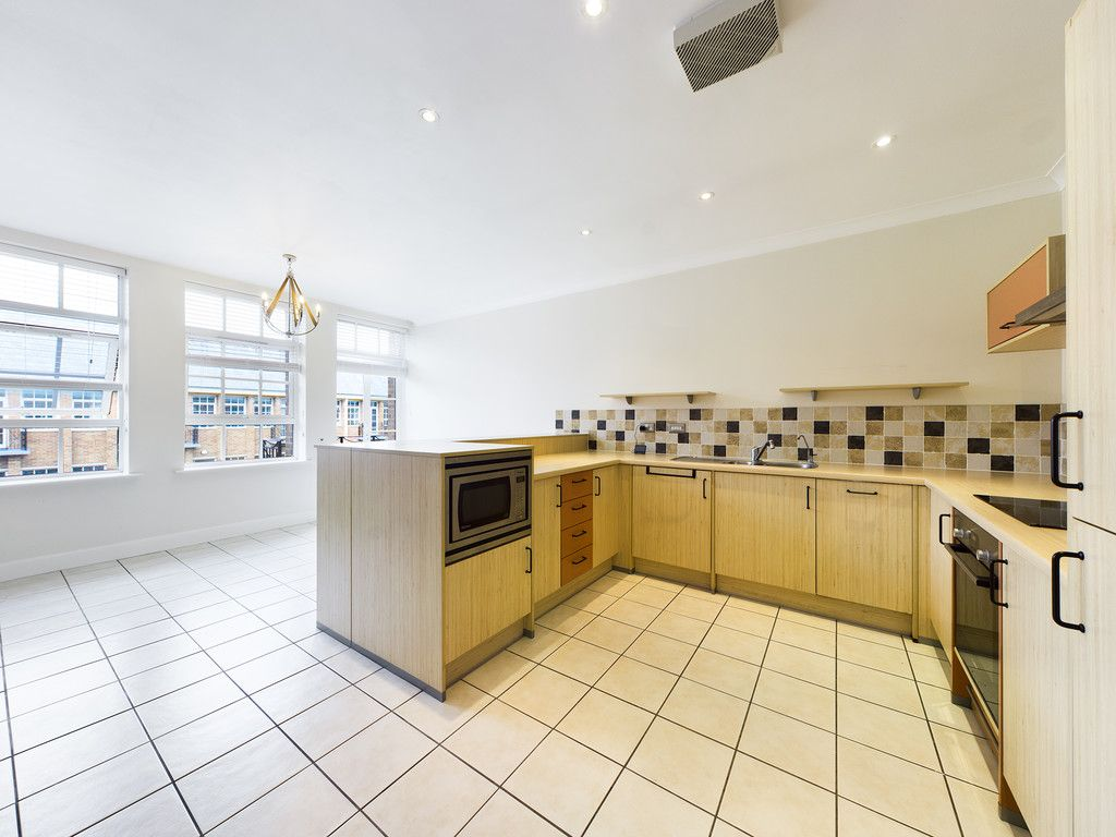 3 bed flat for sale in The Water Gardens, Hazlemere  - Property Image 9