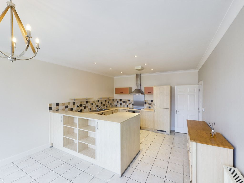 3 bed flat for sale in The Water Gardens, Hazlemere  - Property Image 10