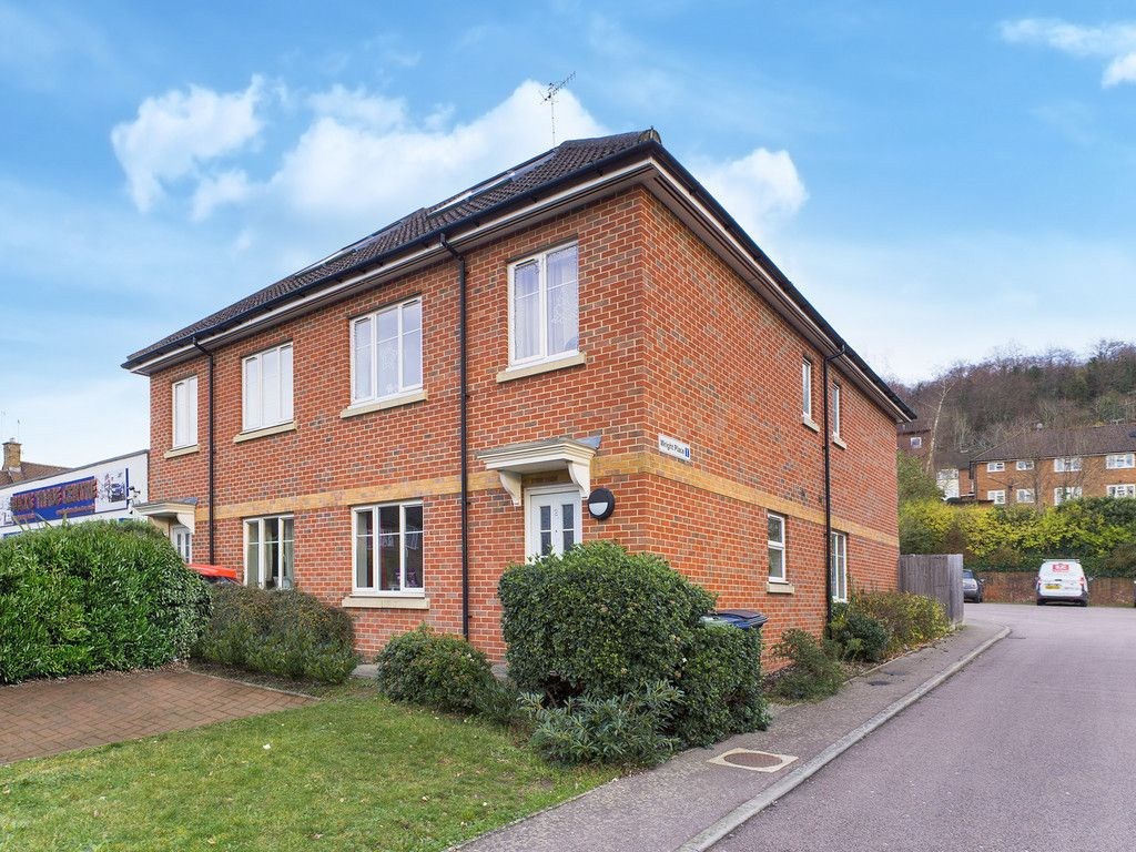 2 bed flat for sale in Micklefield Road, High Wycombe - Property Image 1