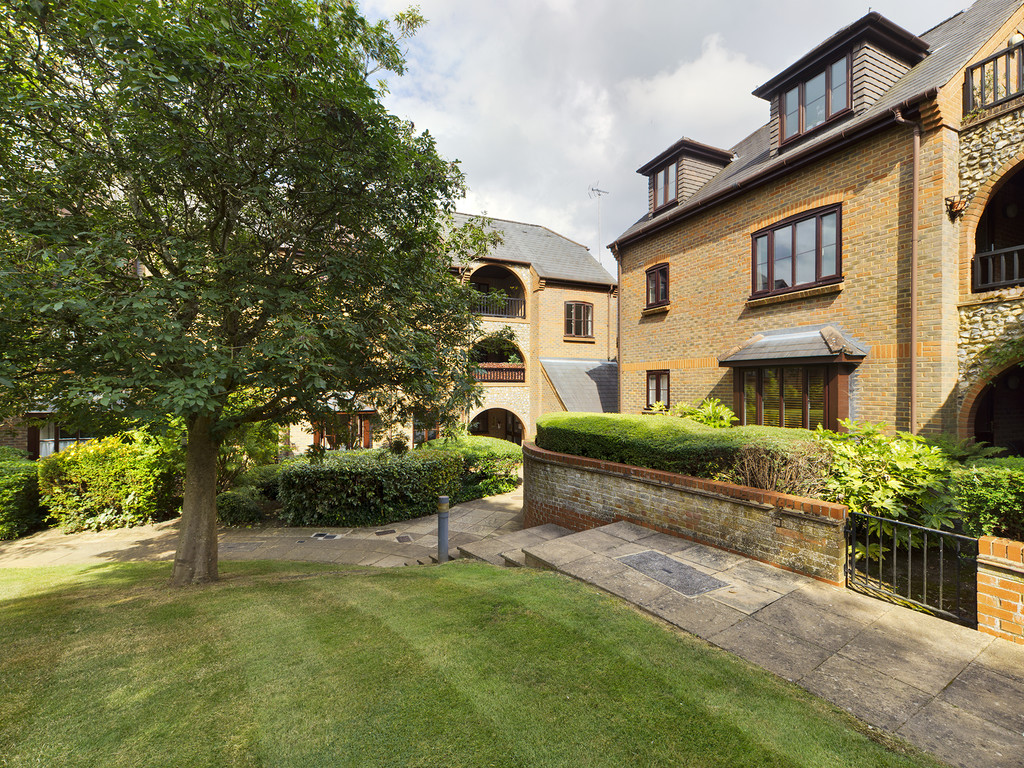 1 bed flat for sale in Dolphin Court, High Wycombe, HP11