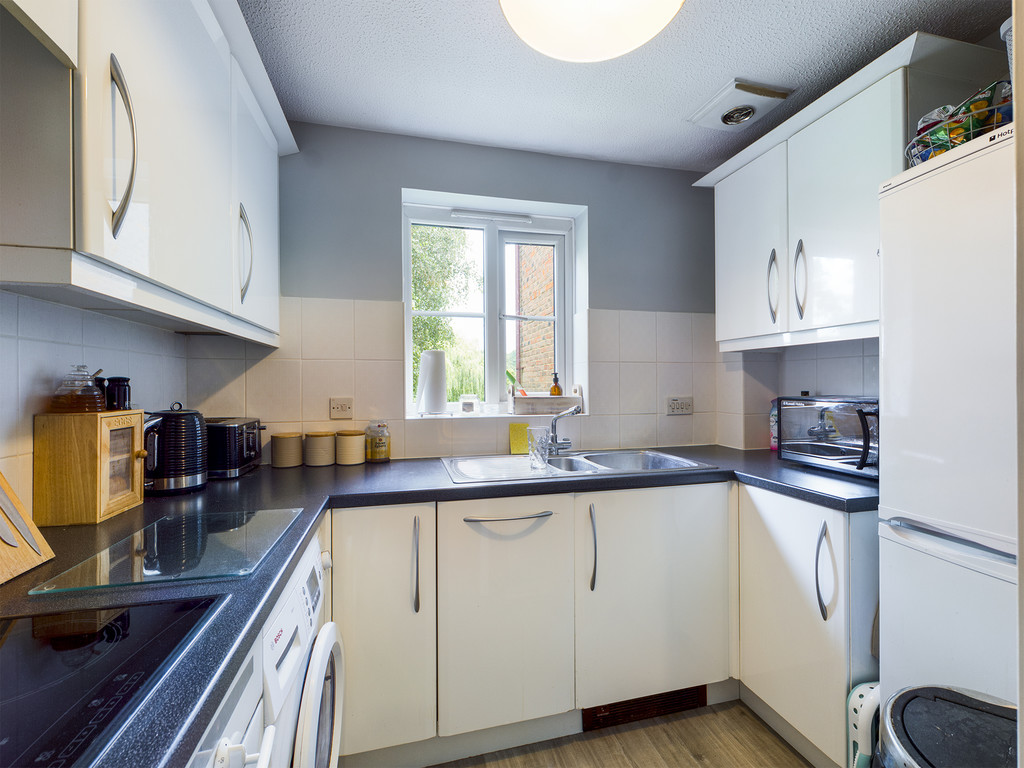 1 bed flat for sale in Dolphin Court, High Wycombe 6