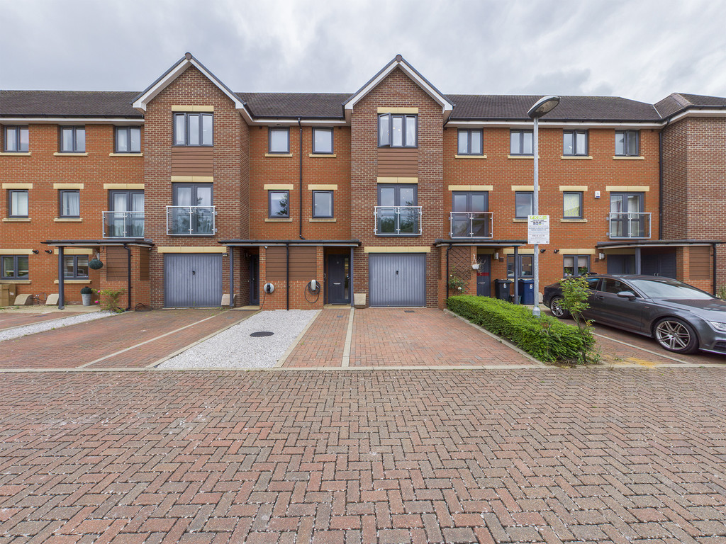 4 bed house for sale in Bartlett Place, High Wycombe, HP12