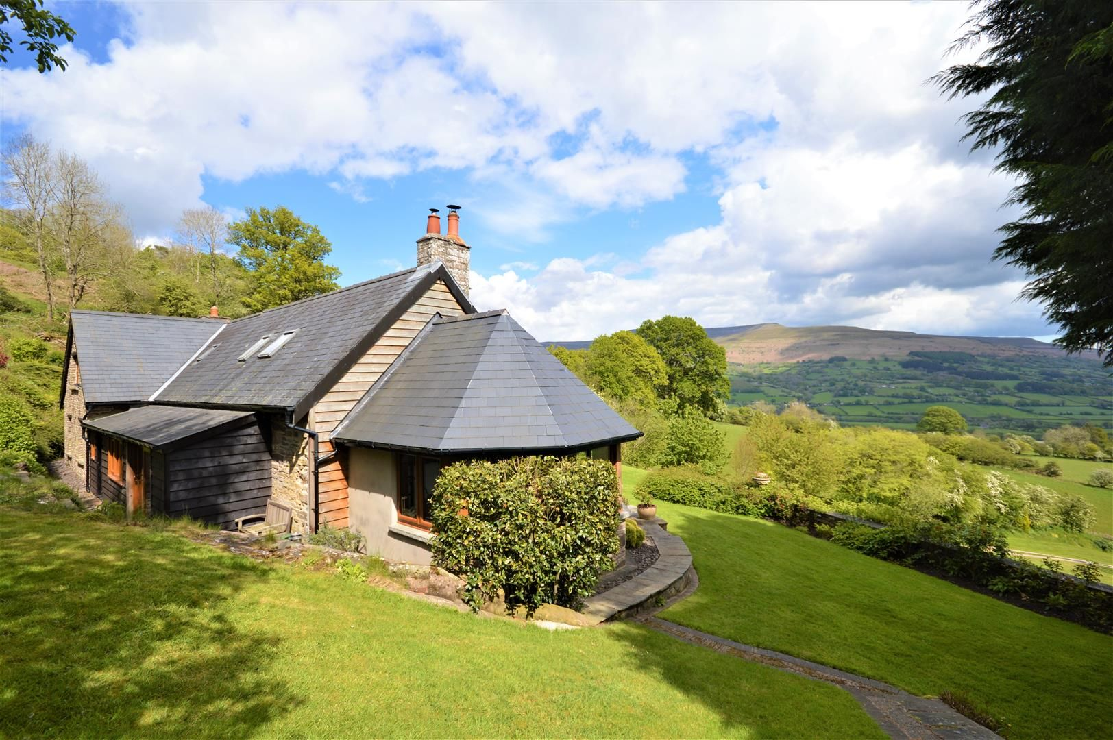 3 bed detached for sale in Cwmdu 2