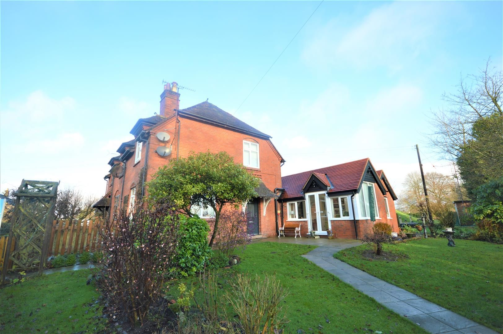 4 bed semi-detached for sale in Leysters, HR6