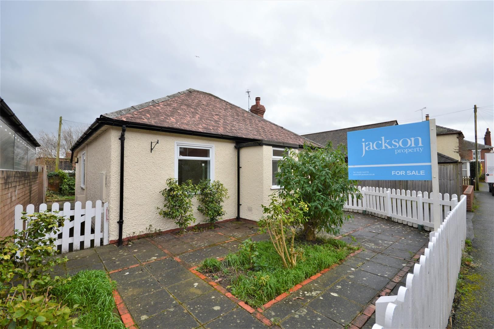 3 bed detached bungalow for sale in Hereford 1