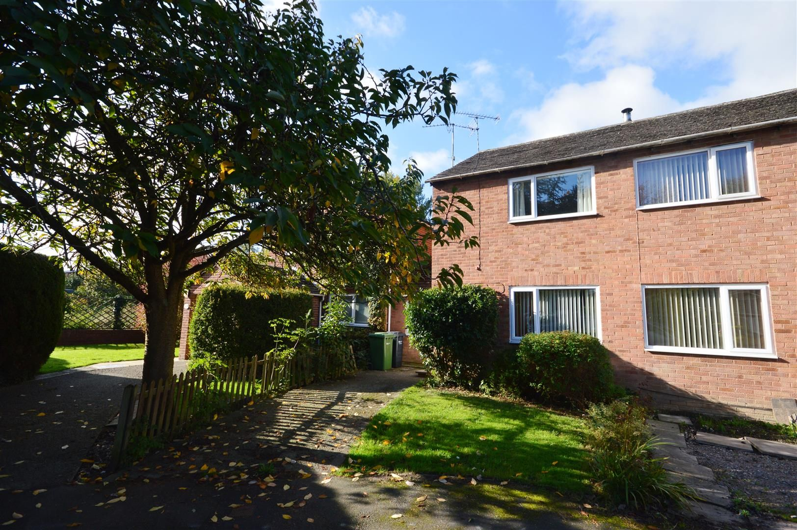 3 bed semi-detached to rent in Leominster 1