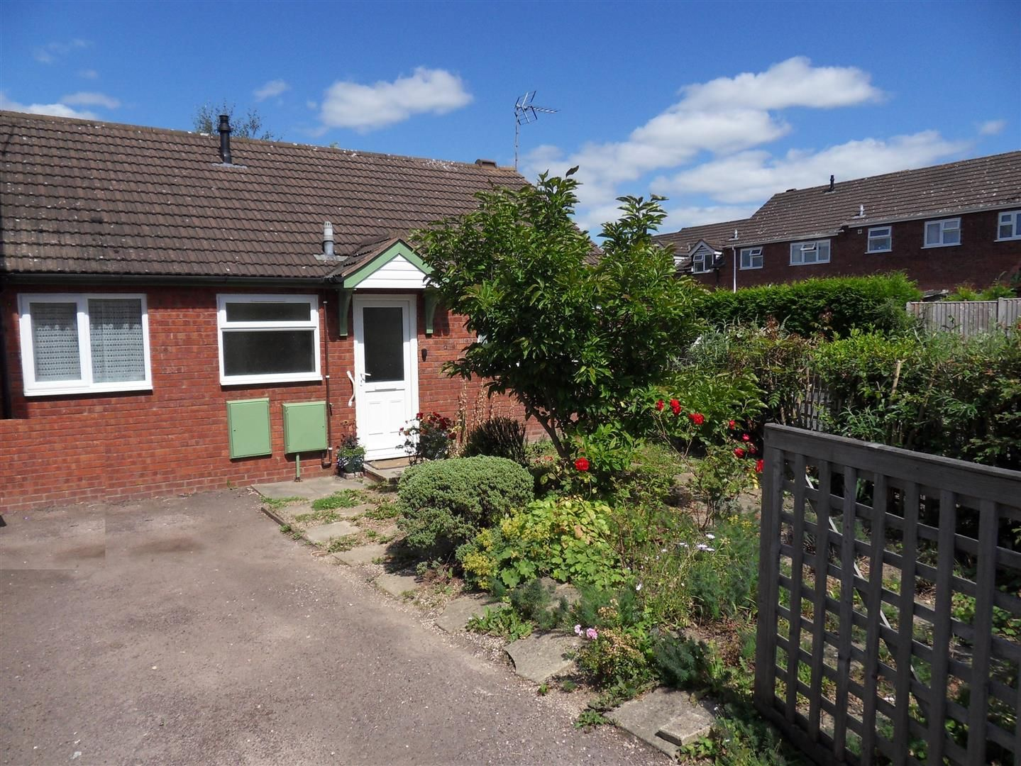 2 bed semi-detached-bungalow to rent, HR2