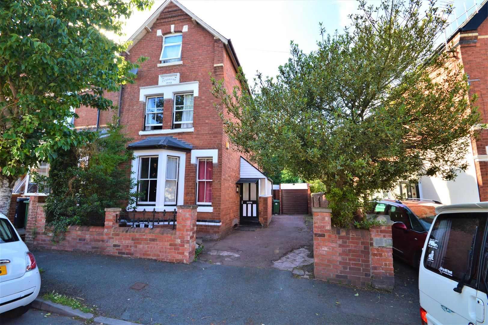 4 bed end-of-terrace for sale, HR4