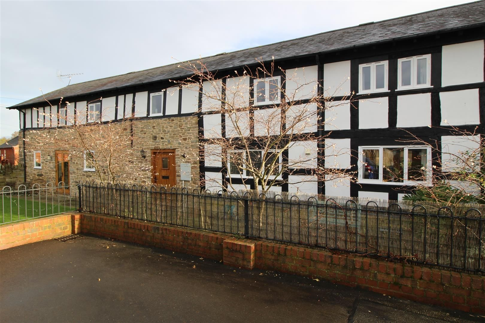 4 bed barn conversion for sale in Kingsland 1