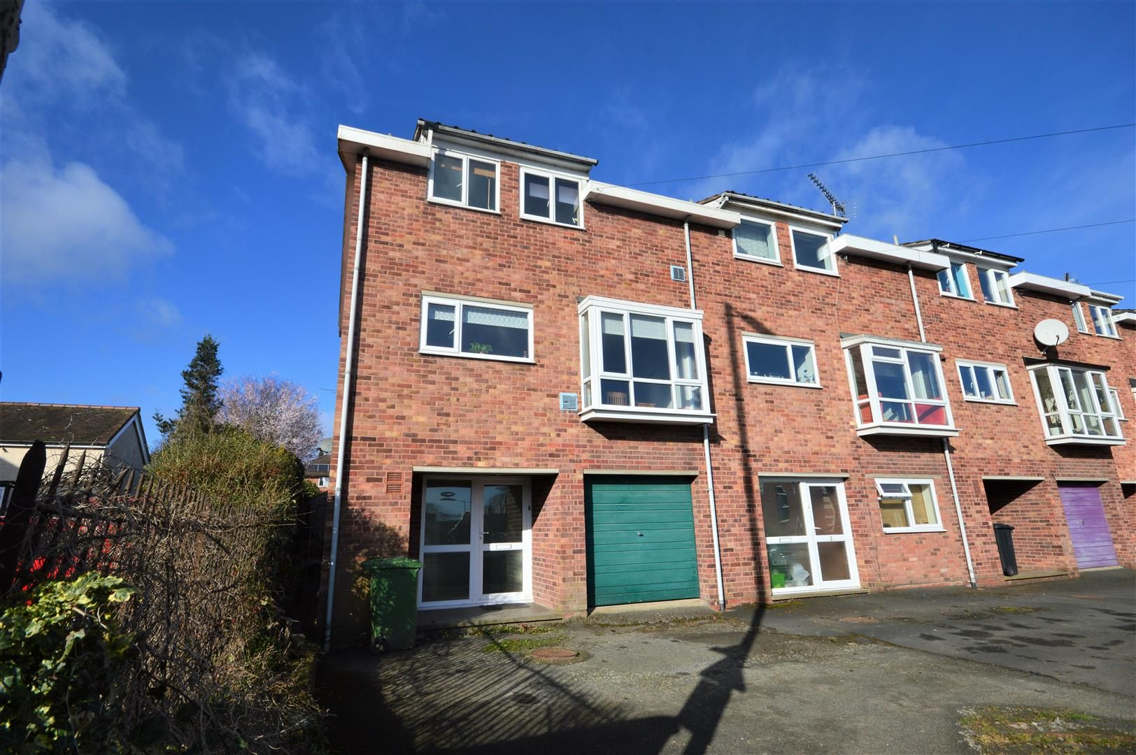 3 bed end-of-terrace to rent in Leominster, HR6