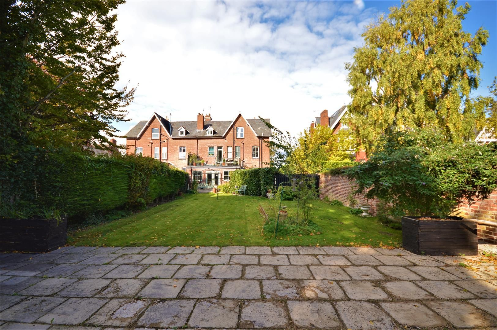 7 bed house for sale, HR1