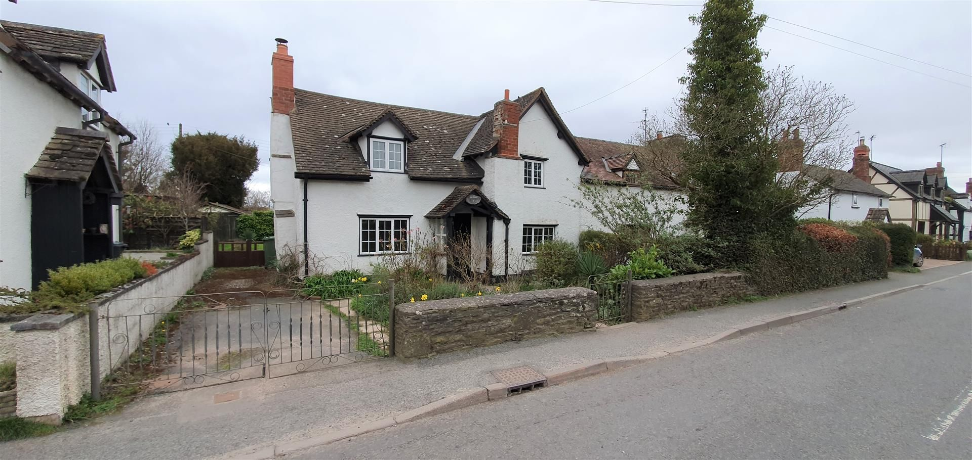 3 bed semi-detached for sale, HR3