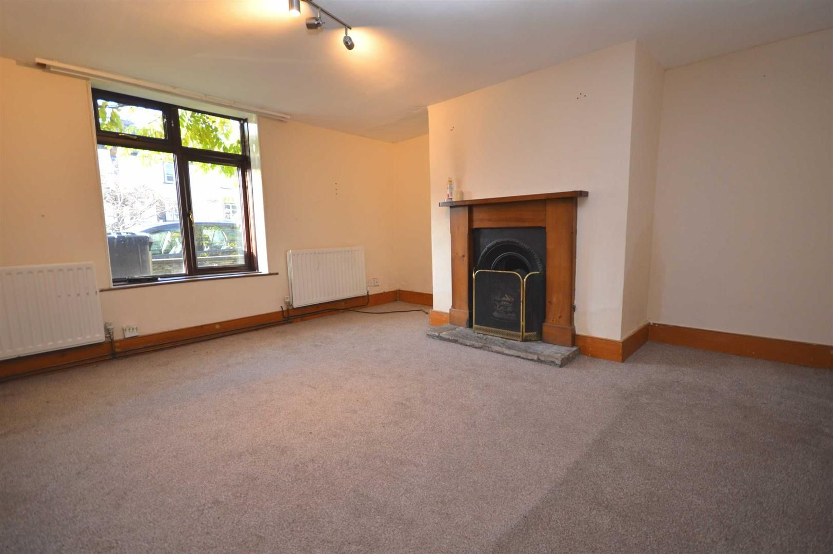 2 bed terraced for sale in Lyonshall 2
