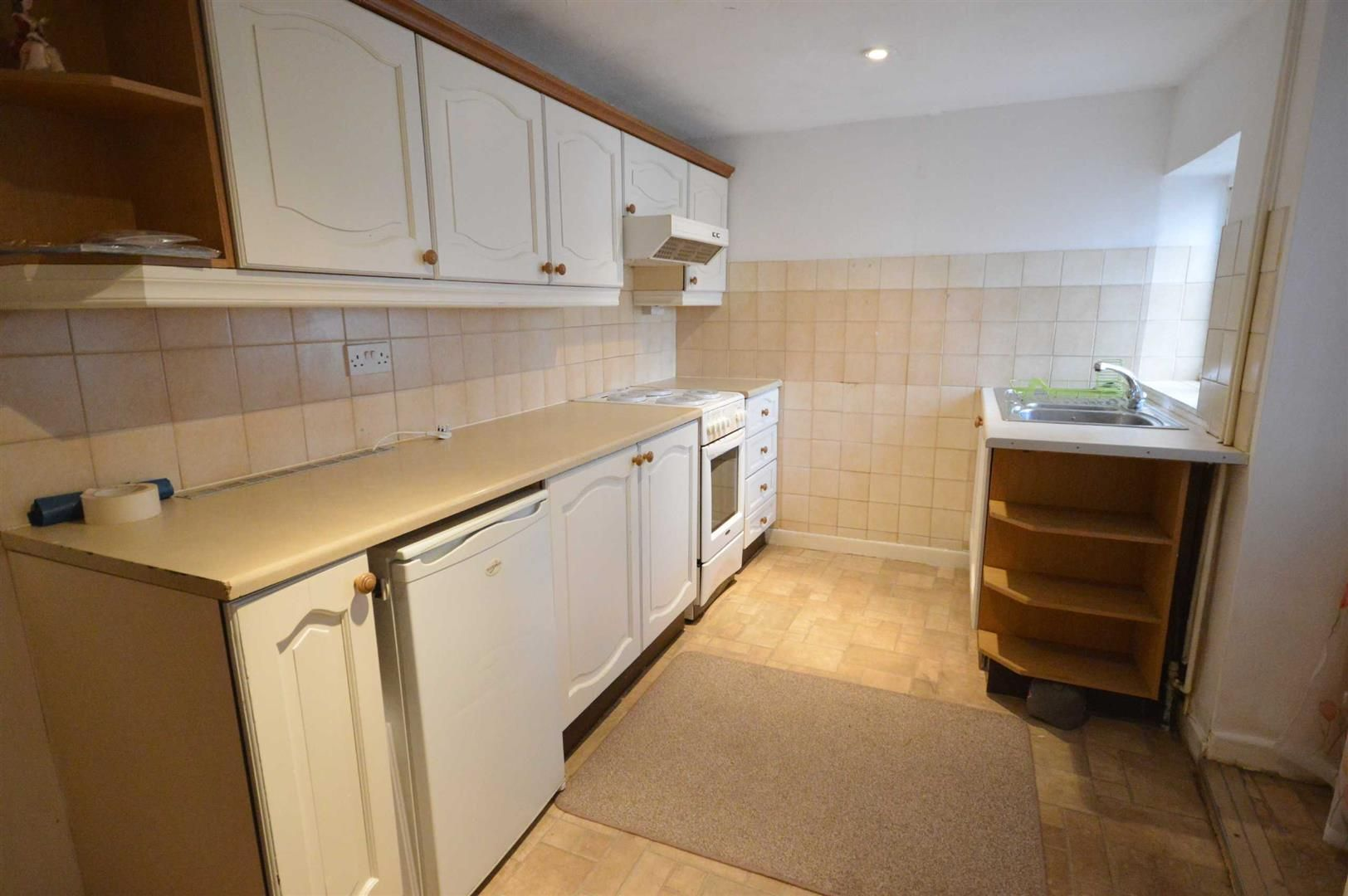 2 bed terraced for sale in Lyonshall 3