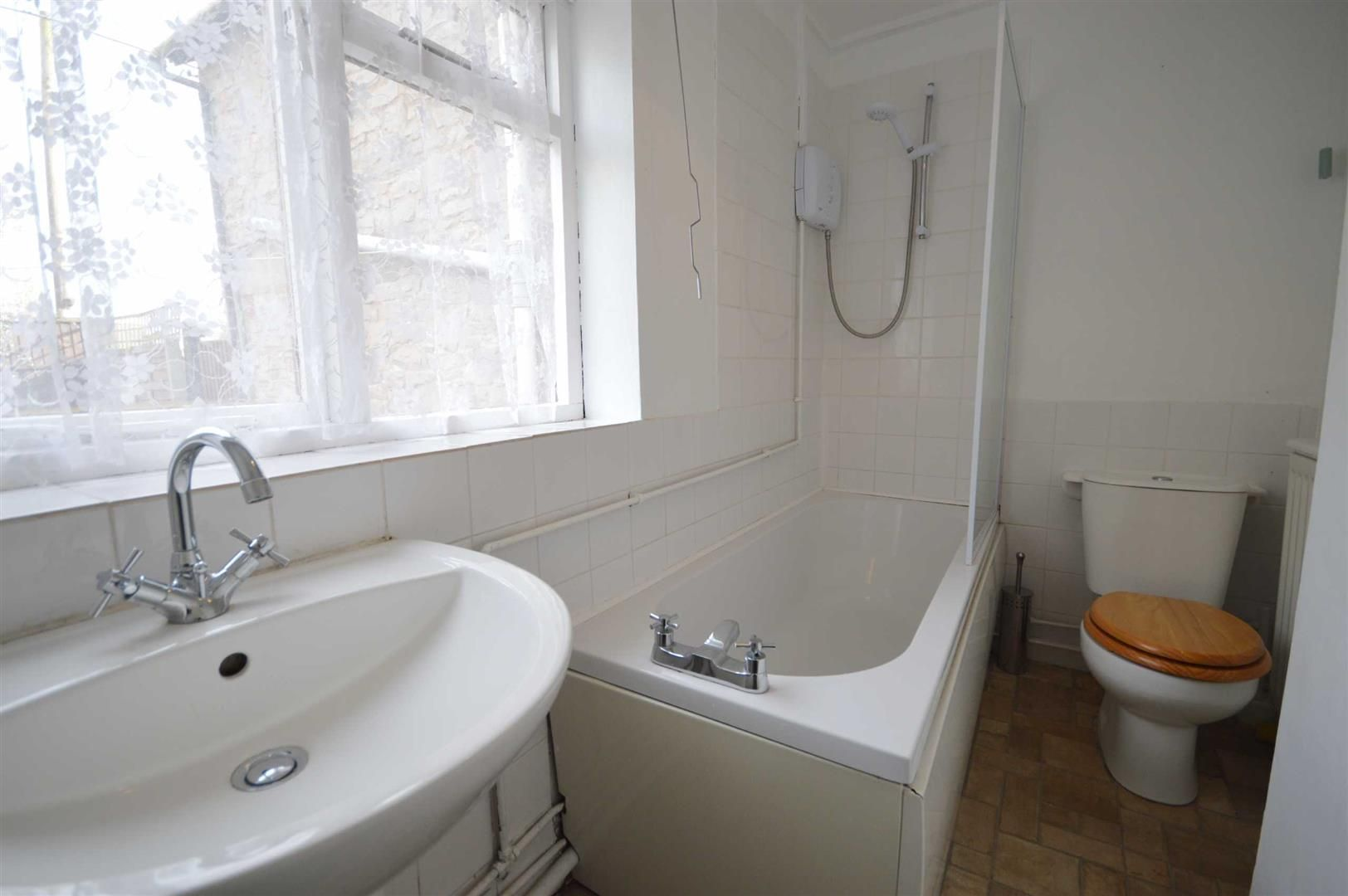 2 bed terraced for sale in Lyonshall 4