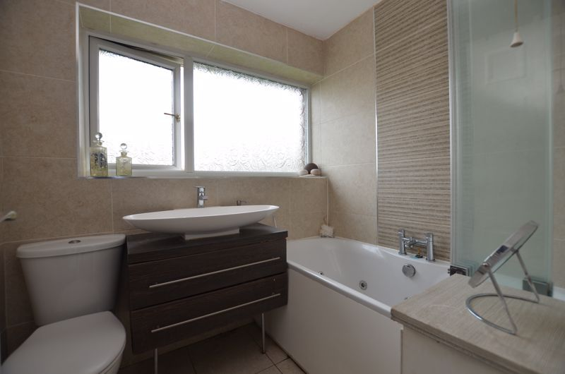 3 bed house for sale in Roundhills Road 8