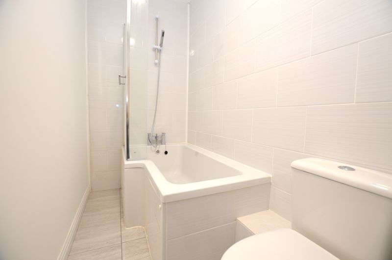 2 bed flat to rent in Long Lane 2