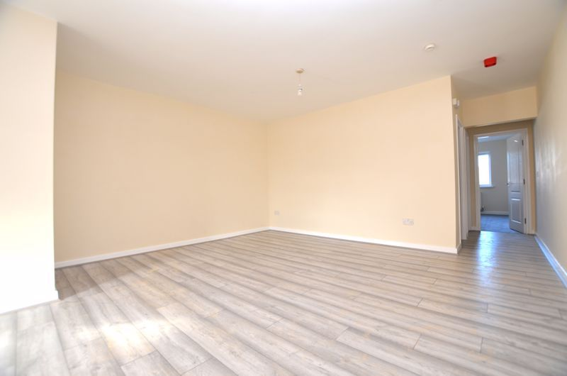 2 bed flat to rent in Long Lane 3