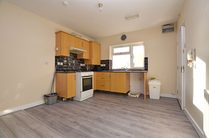 2 bed flat to rent in Long Lane 4