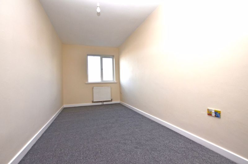2 bed flat to rent in Long Lane 5