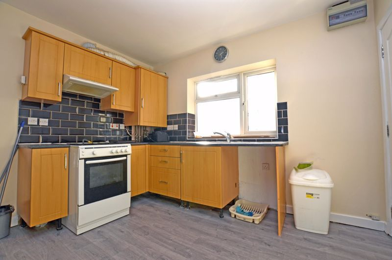 2 bed flat to rent in Long Lane 7