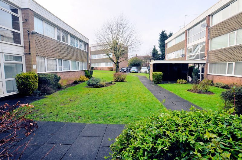 2 bed flat for sale in Hurst Green Road 4