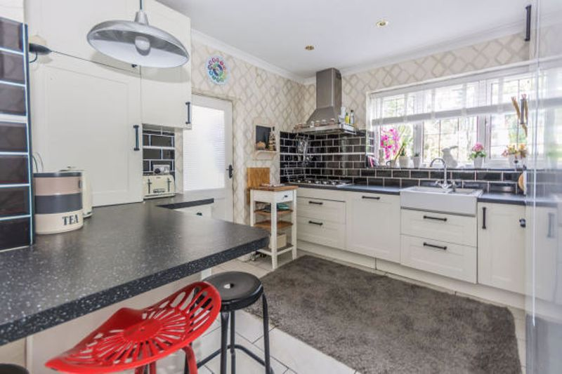4 bed house to rent in Cornwall Avenue 2