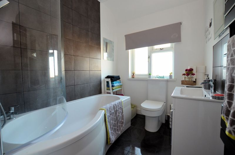 3 bed house for sale in Queens Road 7