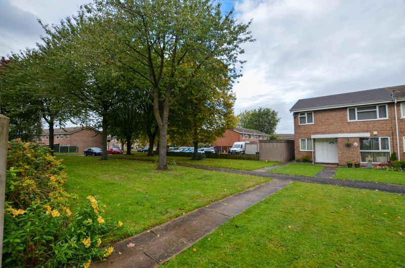 2 bed flat to rent in Oakthorpe Gardens 11