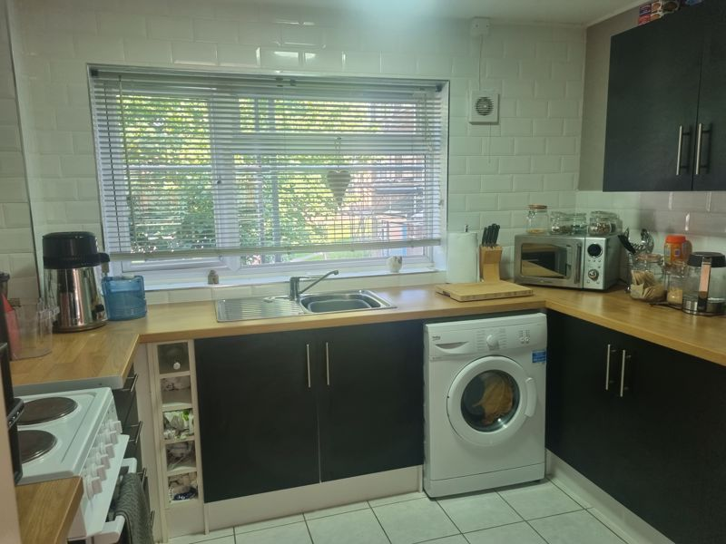 2 bed flat to rent in Clent Way 2