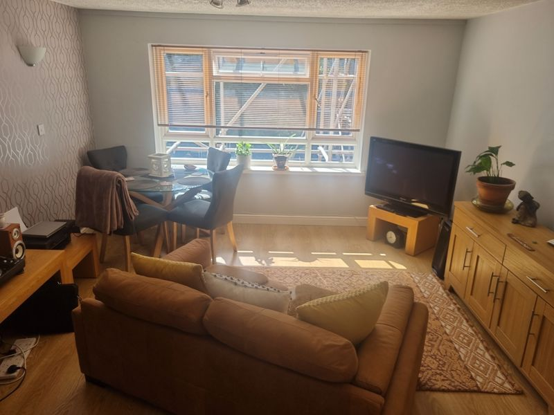 2 bed flat to rent in Clent Way 6