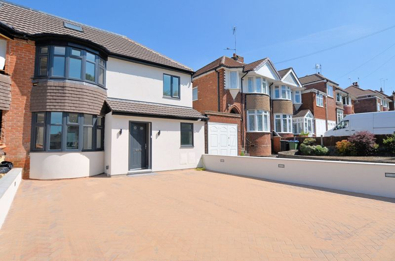 4 bed house for sale in Broadway  - Property Image 1