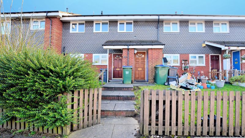 2 bed flat for sale in Roslyn Close  - Property Image 1