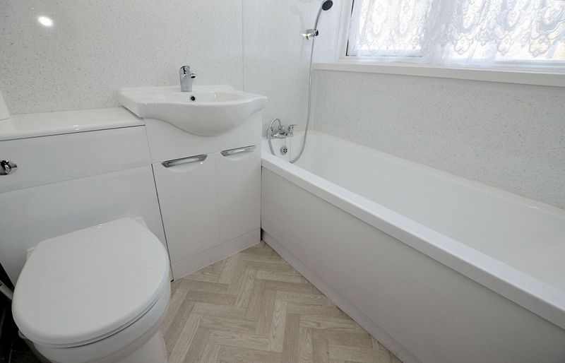 2 bed flat to rent in Middlefield Gardens 4