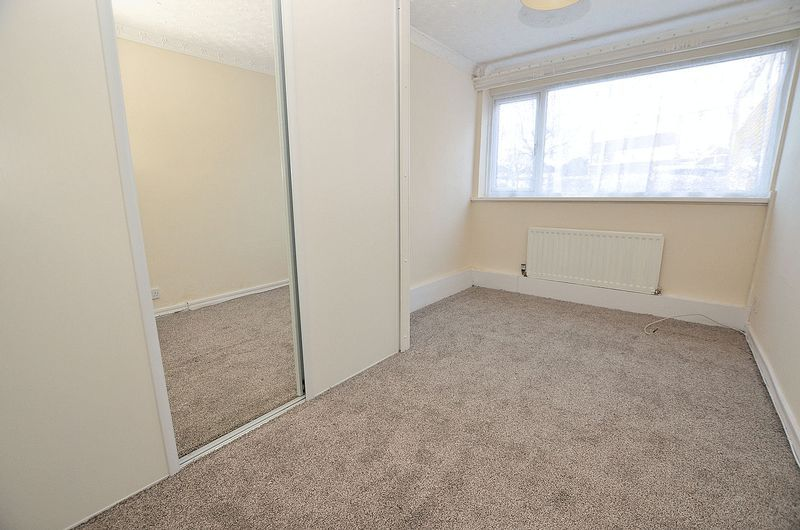 2 bed flat to rent in Middlefield Gardens 6